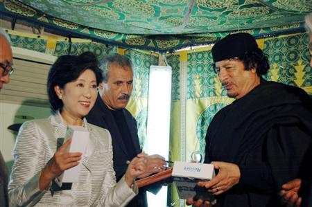 Yuriko Koike, alors chef de l'Association d'amitié Japon-Libye, rencontre Qadhafi en Libye en 1979