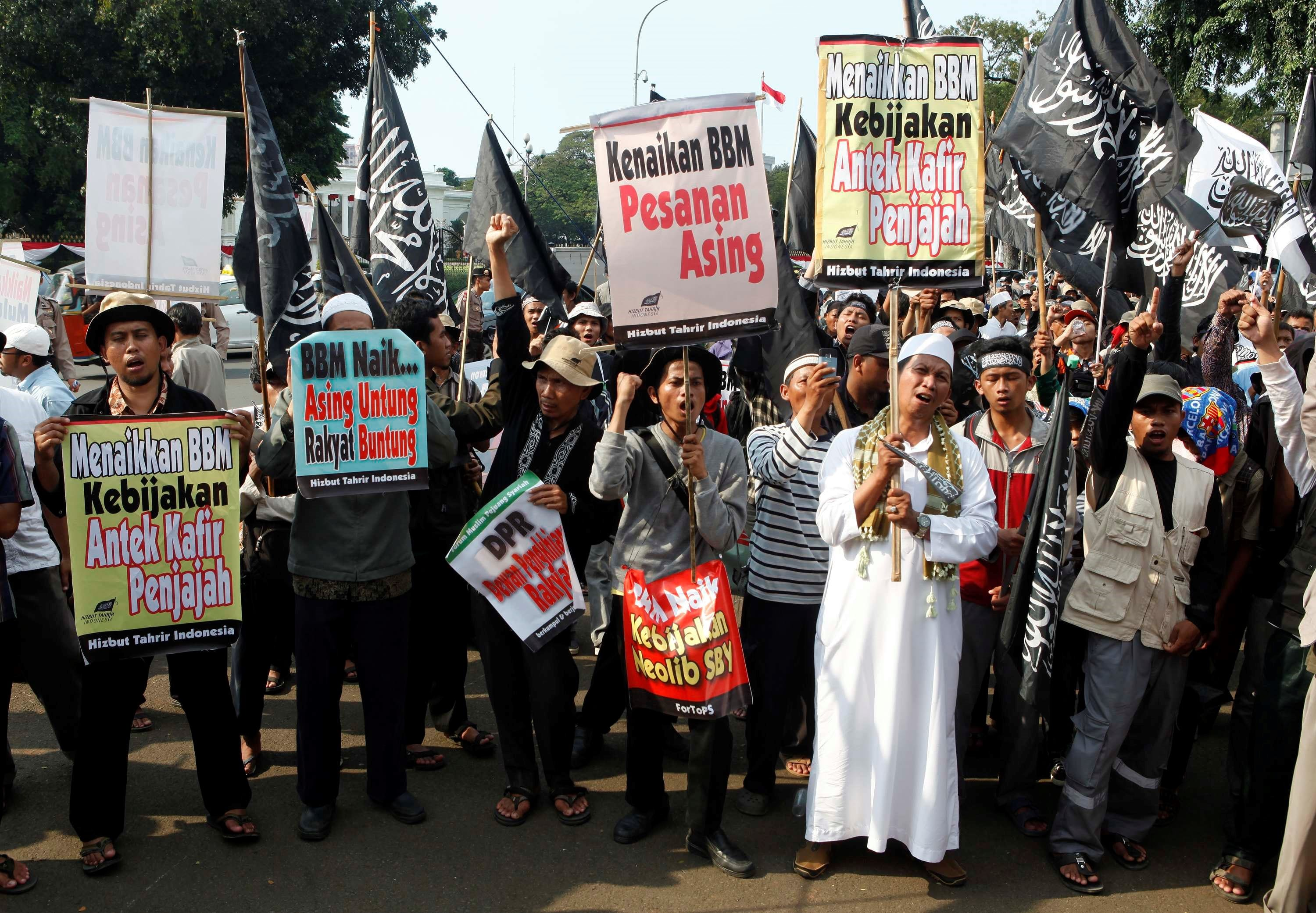 Hizbut Tahrir in Indonesia: Riding the Wave of the Islamization Agenda