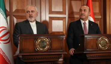 Turkish Foreign Minister Mevlut Cavusoglu (R) and Iranian Foreign Minister Mohammad Javad Zarif (L) give a press conference in Ankara, Turkey, on April 17, 2019.