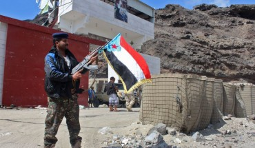 Fighters from the separatist Southern Transitional Council take control of a pro-government checkpoint in Khormaksar, north of Aden, on January 30, 2018. Separatists in war-ravaged Yemen have surrounded the presidential palace in the government's de facto capital Aden, moving closer Tuesday to taking full control of the southern city.