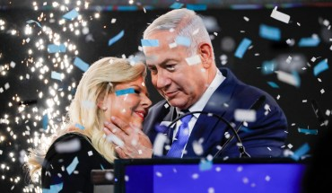TOPSHOT - Israeli Prime Minister Benjamin Netanyahu embraces his wife Sara as confetti and fireworks are blown during his appearance before supporters at his Likud Party headquarters in the Israeli coastal city of Tel Aviv on election night early on April 10, 2019. (Photo by Thomas COEX / AFP) (Photo credit should read THOMAS COEX/AFP/Getty Images)