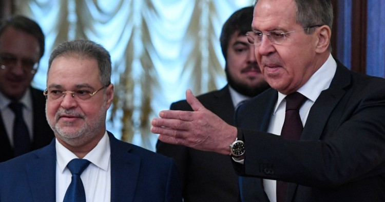 Russian Foreign Minister Sergei Lavrov (R) shows the way to his Yemeni counterpart Abdel Malek al-Mekhlafi during a meeting in Moscow on January 22, 2018.
