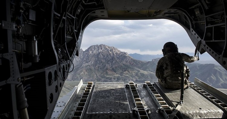A US soldier looks at a mountain range in Afghanistan's Logar Province from a US Chinook helicopter on May 28, 2014.