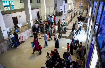 Syrian refugees who were suddenly deported from Turkey queue up to register with officials at the Bab al-Hawa crossing between Turkey and Syria's northwestern Idlib province on July 27, 2019. - More than 4,400 Syrians have been sent back via Bab al-Hawa so far in July 2019 -- against 4,300 in total in June, according to the crossing's spokesman. Since it started in 2011, the Syrian conflict left millions displaced at home and abroad, with some 3.5 million living in Turkey alone, according to the UN. (Photo