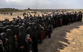 Civilians evacuated from the Islamic State (IS) group's embattled holdout of Baghouz wait for bread and water at a screening area held by the Kurdish-led Syrian Democratic Forces (SDF), in the eastern Syrian province of Deir Ezzor, on March 5, 2019. - More than 7,000 people, mostly women and children, have fled the shrinking pocket over the past two days, as US-backed forces press ahead with an offensive to crush holdout jihadists. (Photo by Bulent KILIC / AFP) (Photo credit should read BULENT KILIC/AFP via