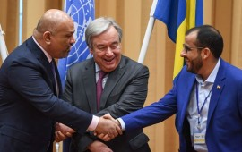 Yemen's foreign minister Khaled al-Yamani (L) and the head orebel negotiator Mohammed Abdelsalam (R) shake hands under the eyes of United Nations Secretary General Antonio Guterres (C), during peace consultations taking place at Johannesberg Castle in Rimbo, north of Stockholm, Sweden, on December 13, 2018.